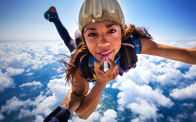 Skydiver with lipstick wallpaper