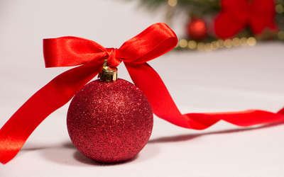 Bauble with a red ribbon wallpaper