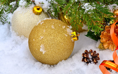 Baubles in snow wallpaper