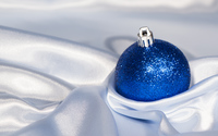 Blue Christmas bauble in silk wallpaper 3840x2160 jpg