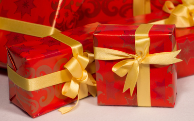 Christmas presents with golden ribbons wallpaper