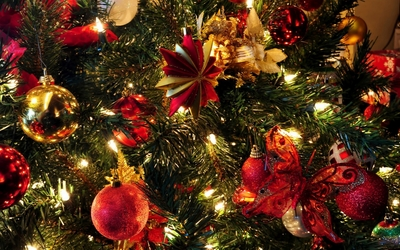 Christmas tree with red and golden baubles wallpaper