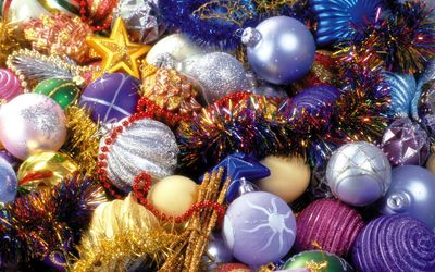 Colorful tinsel between sparkly baubles wallpaper