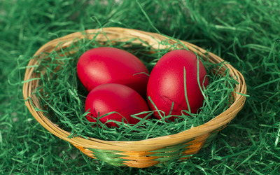 Easter eggs in a basket wallpaper