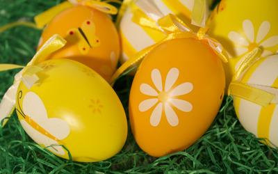 Easter eggs on grass Wallpaper