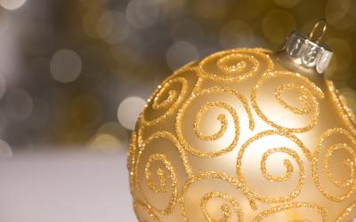 Elegant golden bauble wallpaper