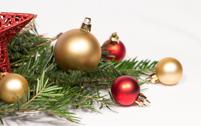 Gold and red baubles on fir branches wallpaper