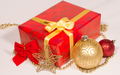 Red and golden Christmas oranaments wallpaper