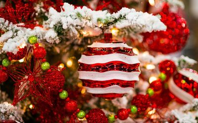 Red and white decorations in the snowy Christmas tree wallpaper
