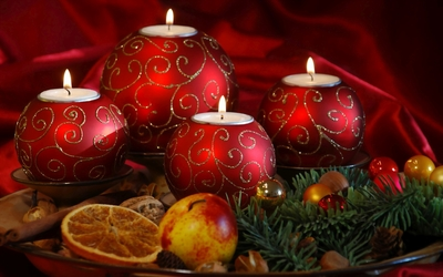 Red Christmas candles on a plate wallpaper