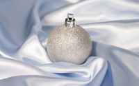 Silver Christmas bauble in silk wallpaper 3840x2160 jpg