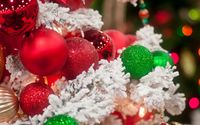 Sparkly red and green baubles on the snowy Christmas tree wallpaper 1920x1200 jpg