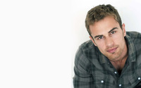Theo James wallpaper 2880x1800 jpg