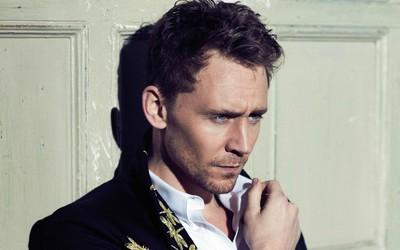 Tom Hiddleston in front of a wooden door wallpaper