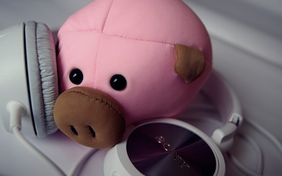 Plush piggy with Sony headphones wallpaper