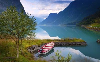 Amazing lake between the mountains Wallpaper