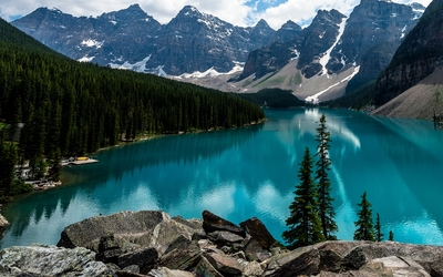 Amazing turquoise water in Moraine Lake wallpaper