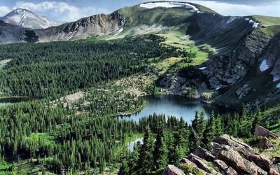 Beautiful mountain lake wallpaper