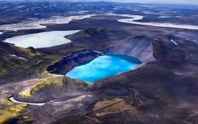 Blue lake in Eyjafjallajokull volcano Wallpaper