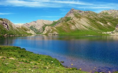 Blue lake in the green mountains wallpaper