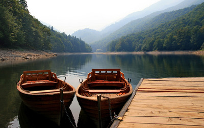 Boats chained to the mountain lake pier wallpaper