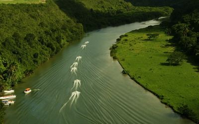 Boats cruising on the river wallpaper