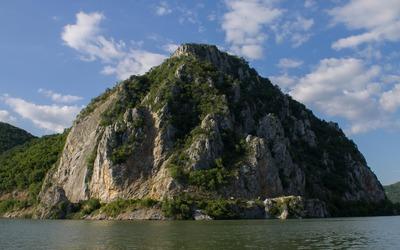 Cliff along the Danube river wallpaper