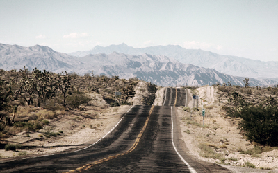 Desert road towards the mountains wallpaper