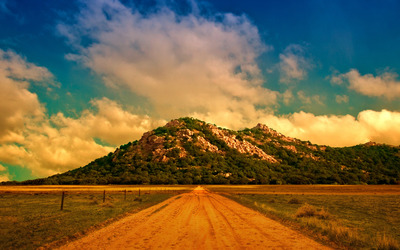 Dirt road to the mountain wallpaper