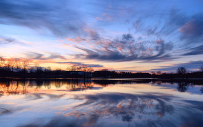 Evening clouds reflected in the lake wallpaper