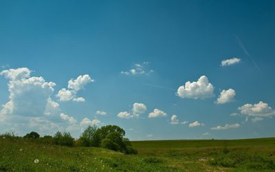 Fluffy clouds on blue sky wallpaper