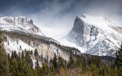 Foggy rocky peaks wallpaper