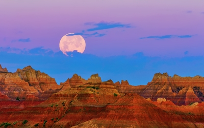 Full moon in the purple sky above the rusty canyon Wallpaper