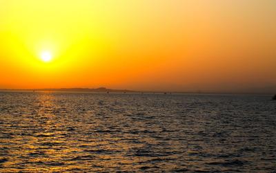Golden sunset upon the ocean wallpaper