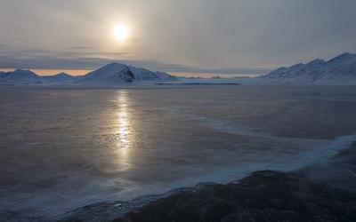 Gray sky over the frozen lake wallpaper