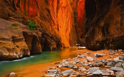 Green river in the cave wallpaper