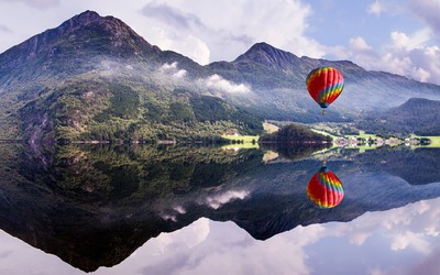 Hot air balloon over the crystal clear lake wallpaper