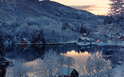Houses by the winter lake in the mountains wallpaper