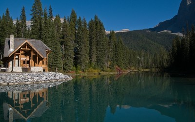 Hut at the mountain lake wallpaper