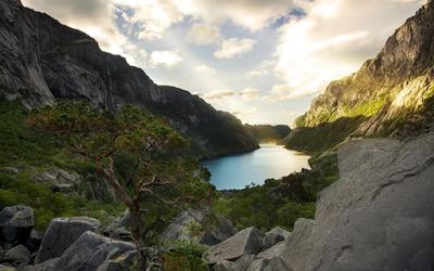 Lake between rocky mountains wallpaper