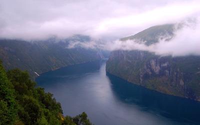 Lake dividing the mountains wallpaper