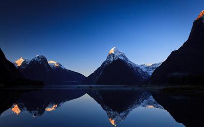 Lake reflecting the mountains wallpaper