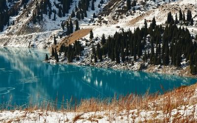 Late winter by the clear turquoise lake wallpaper