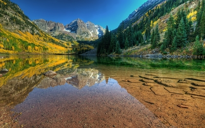 Maroon Bells reflected in the clear lake wallpaper
