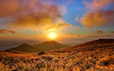 Marvelous sunset above the mountain wallpaper