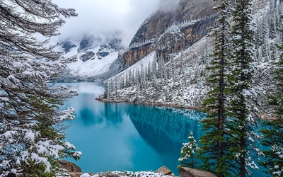 Moraine Lake on a winter day wallpaper