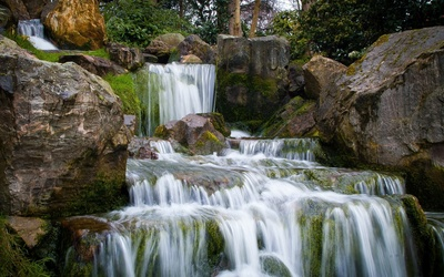 Mossy rocks in the waterfall Wallpaper