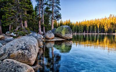 Mossy rocks pilling on the lake shore in Yosemite National Park wallpaper