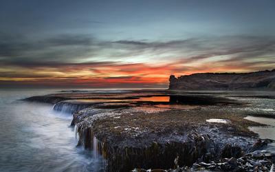 Mossy rocky shore wallpaper