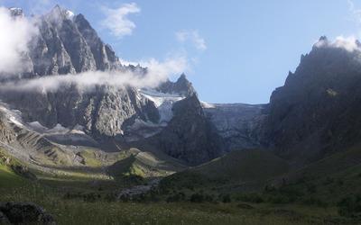 Mountain cliffs higher than the clouds wallpaper